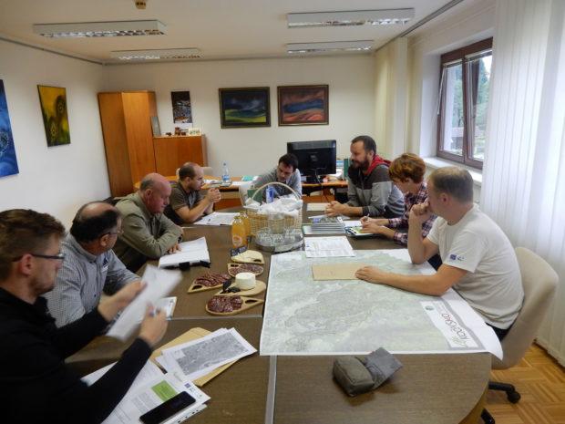 Sestanek z izbranimi izvajalci del pred izvedbo del v državnih gozdovih